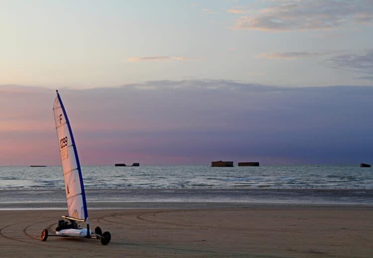 Char à voile au coucher du soleil sur la plage