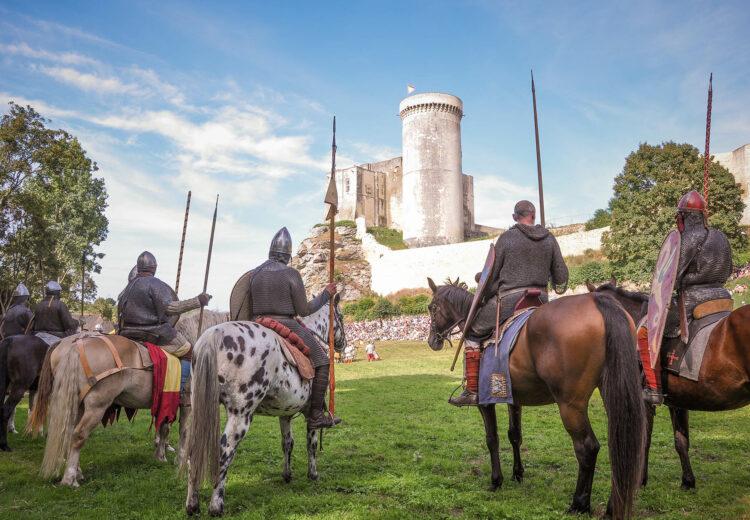 Chevaliers sur leurs chevaux devant le château de Falaise