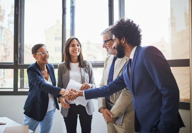 Rencontre entre collègues hommes et femmes