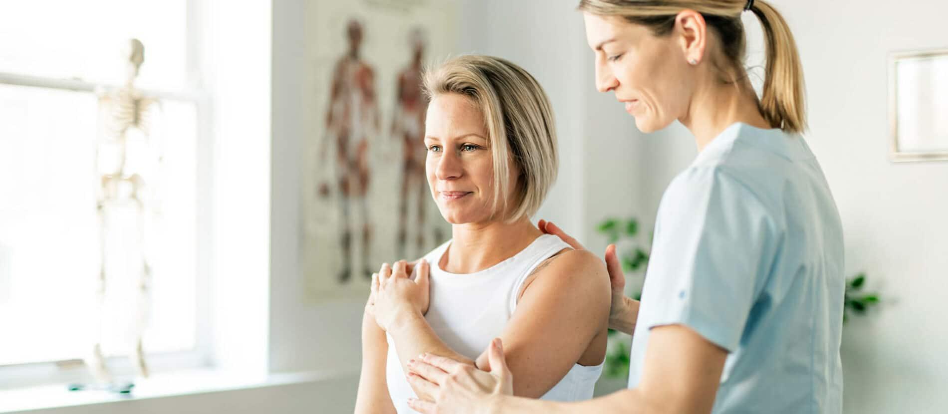Médecin en consultation avec un patient