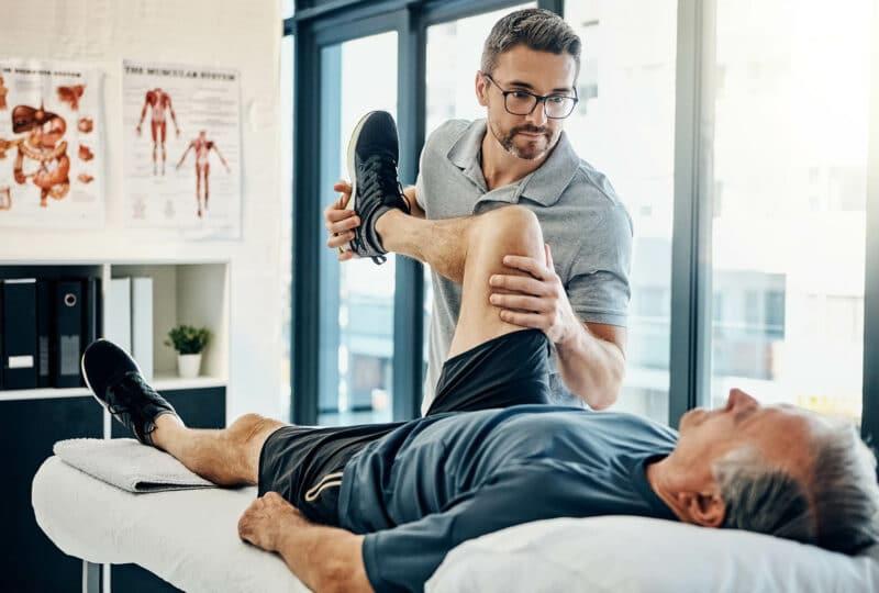 Consultation médicale entre un kiné et son patient