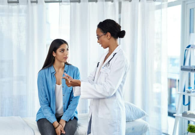 Une femme en consultation avec un médecin