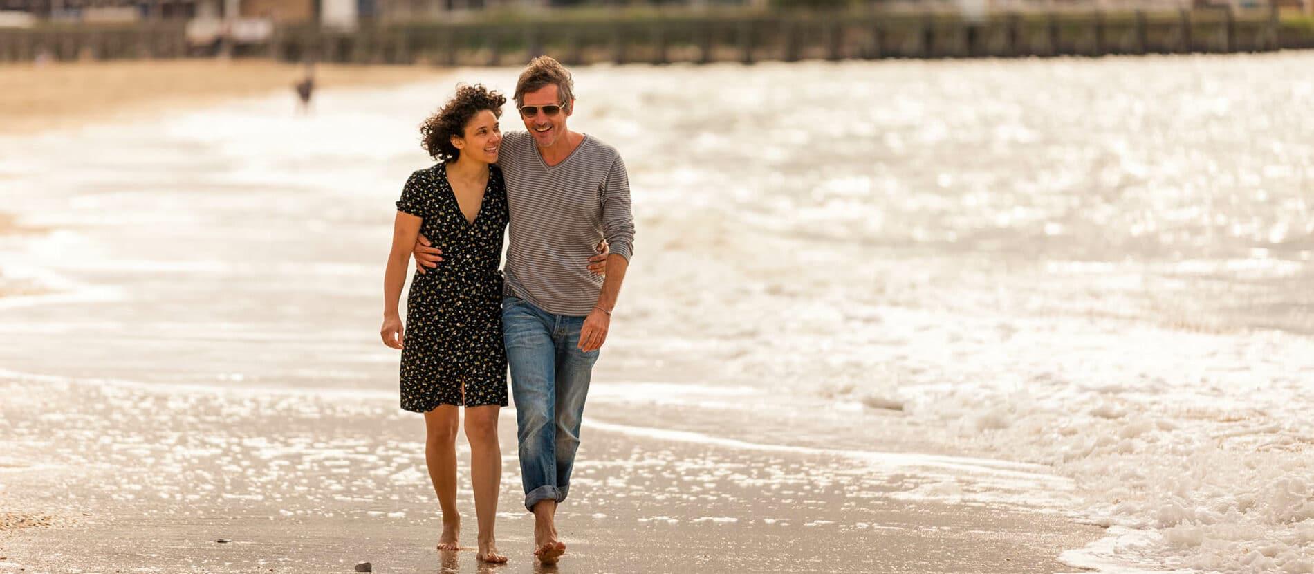 Couple en balade sur la plage de Trouville-sur-mer