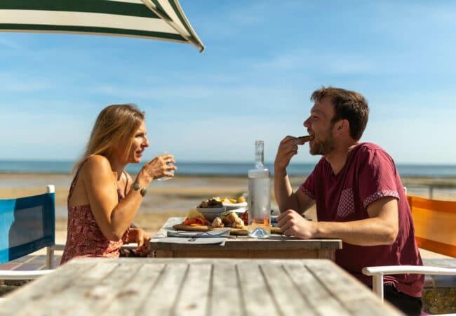 Couple au restaurant au bord de la plage de Saint-Aubin-sur-mer