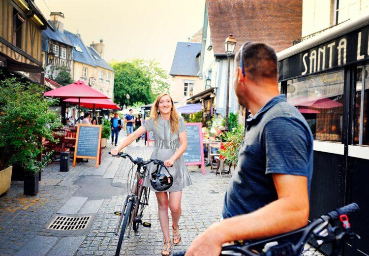 Couple à vélo dans les rues de Caen