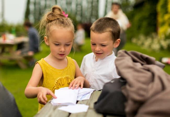Deux enfants lors d'un pique-nique