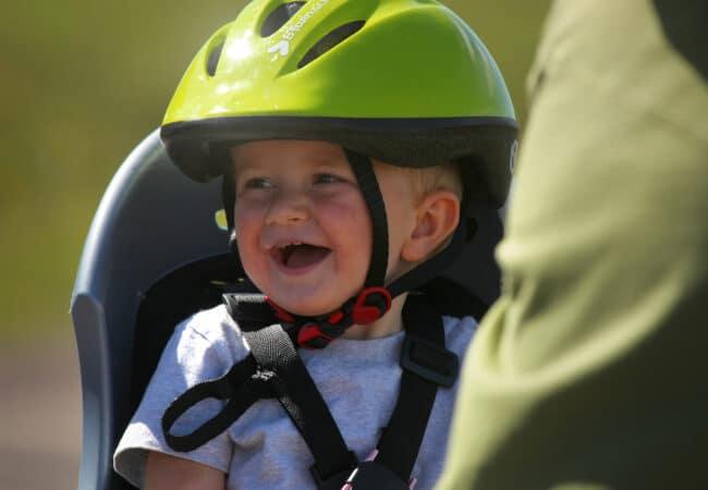 Enfant à vélo avec un casque