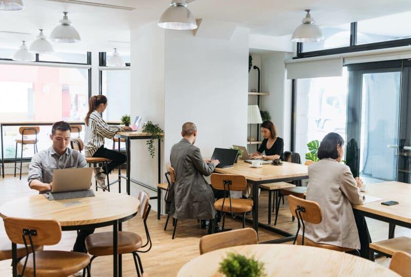 Hommes et femmes dans une espace de coworking