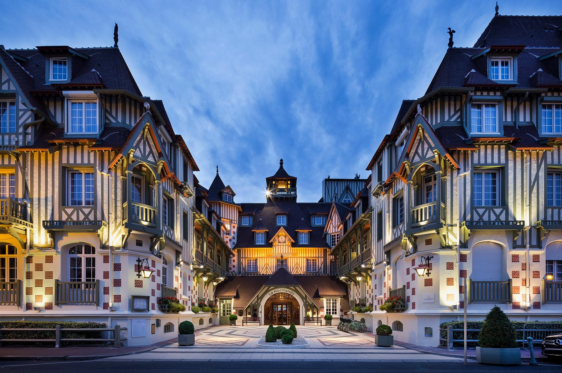 La façade de l'hôtel Normandy à Deauville