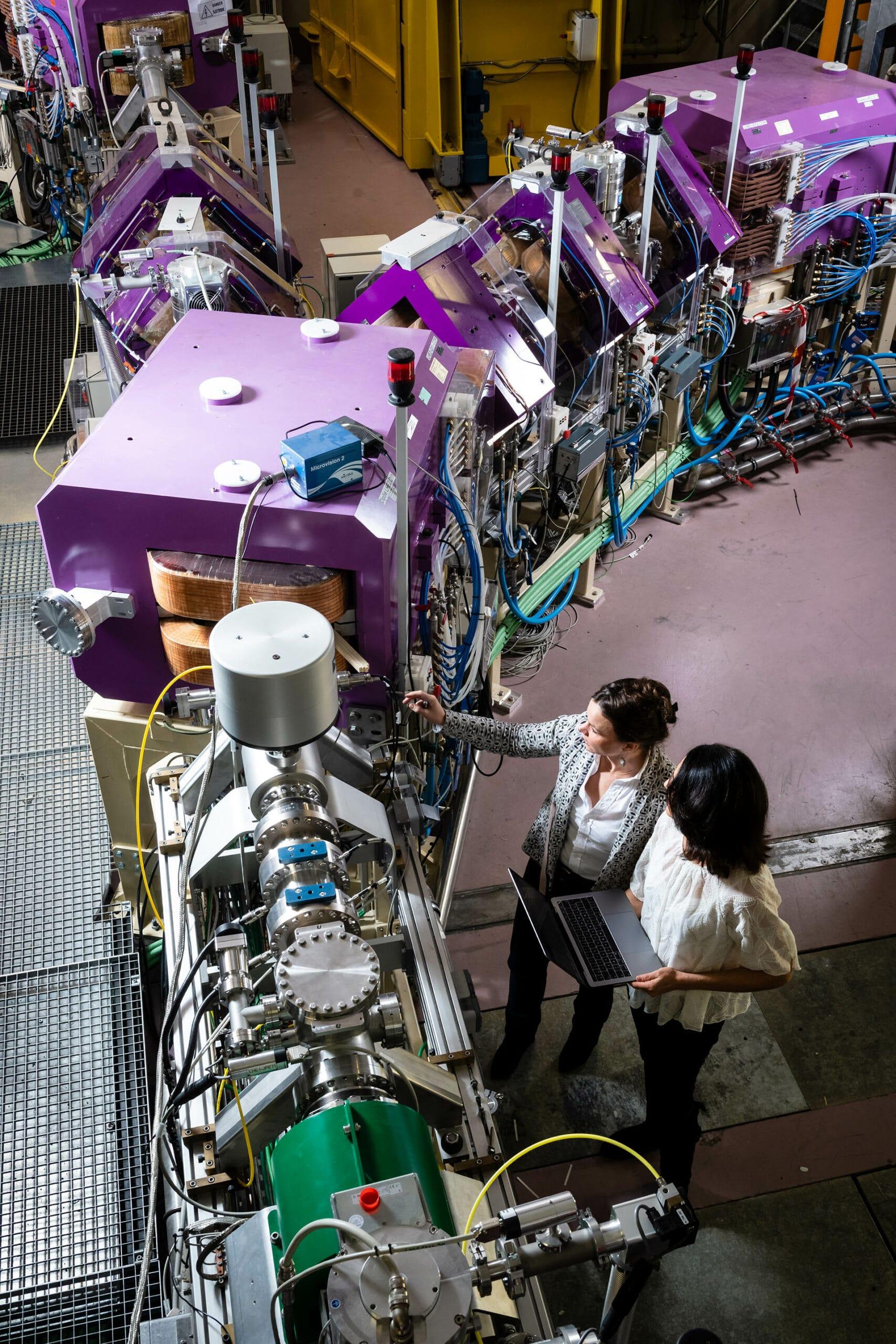 Deux femmes travaillant sur des machines nucléaires