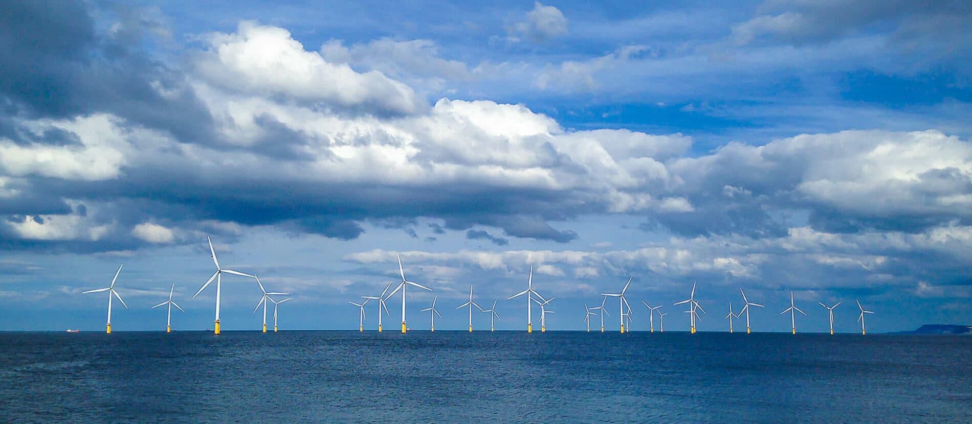 Groupe d'éoliennes dans la mer