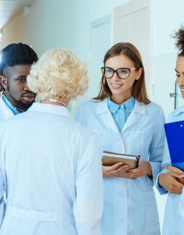 Groupe de médecins à l'hôpital