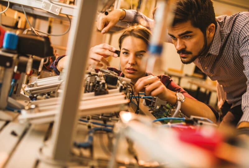 Un homme et une femme travaillant sur une machine