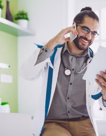 Médecin faisant des calculs