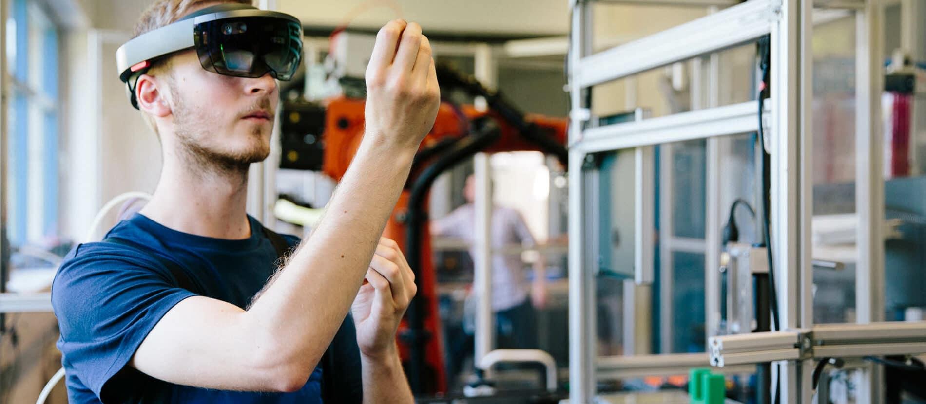 Homme testant de la réalité virtuelle