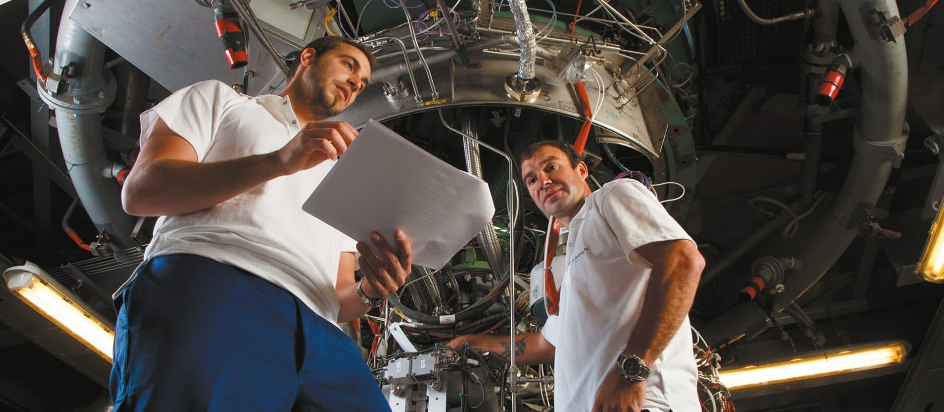 Deux ingénieurs en réflexion