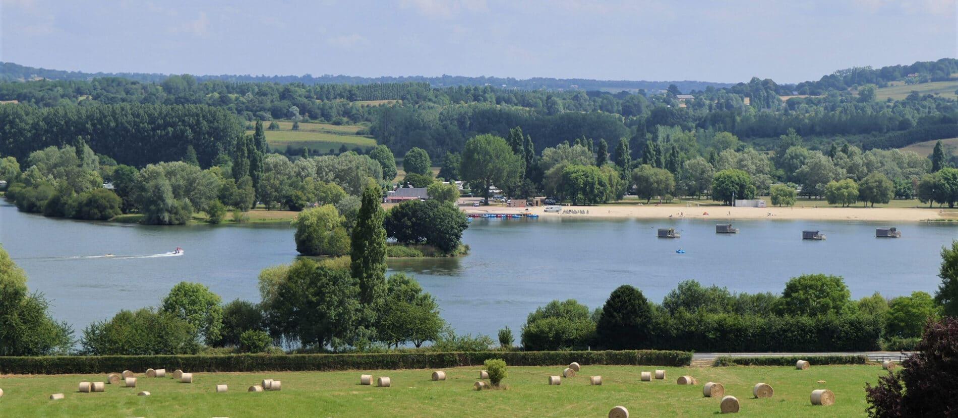 Lac de Pont-l'Evêque entouré de champs