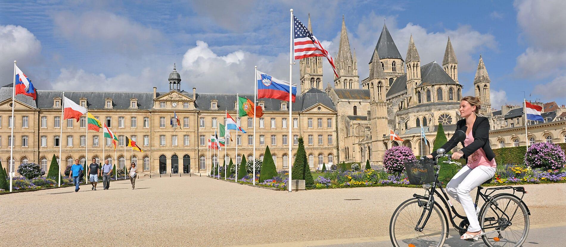 Femme à vélo devant la mairie de Caen