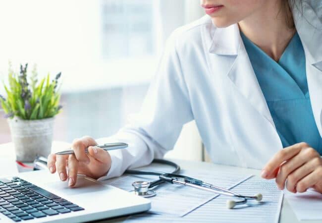 Un médecin à son ordinateur
