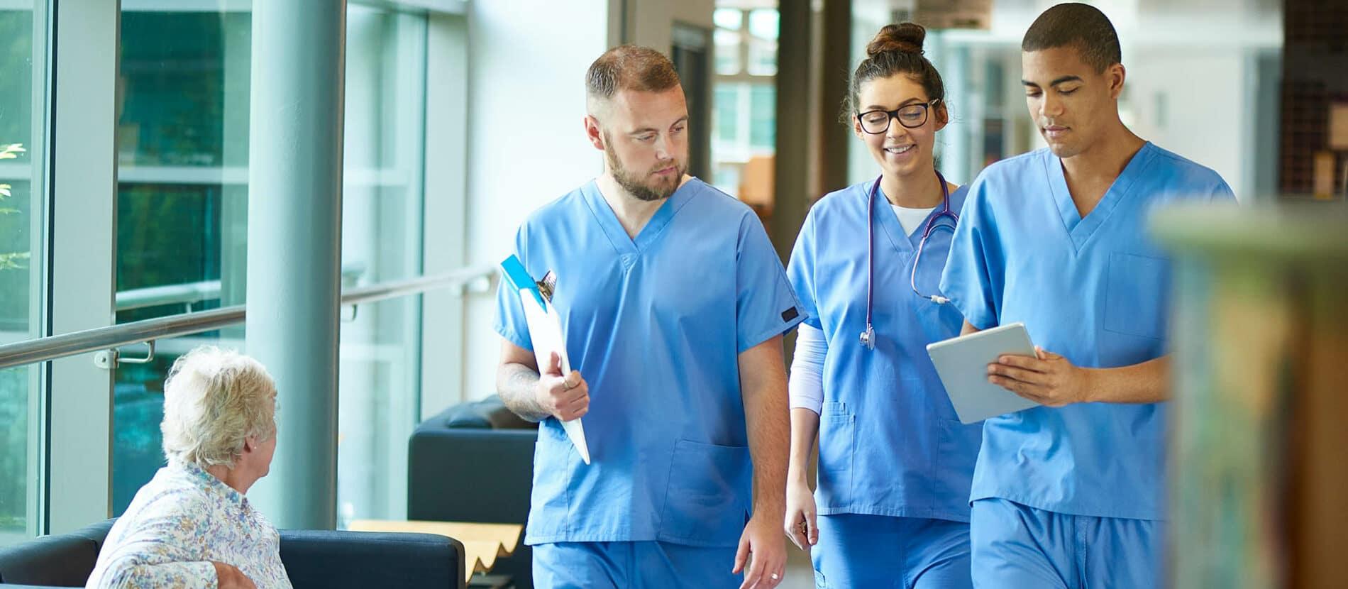 Trois médecins dans les couloirs d'un hôpital