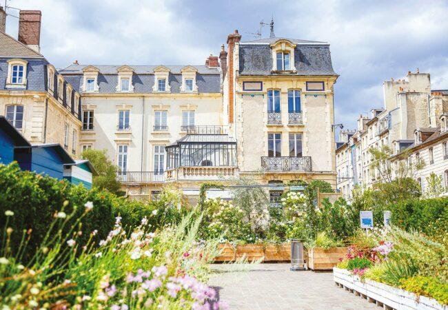 La place Saint-Sauveur fleurie à Caen