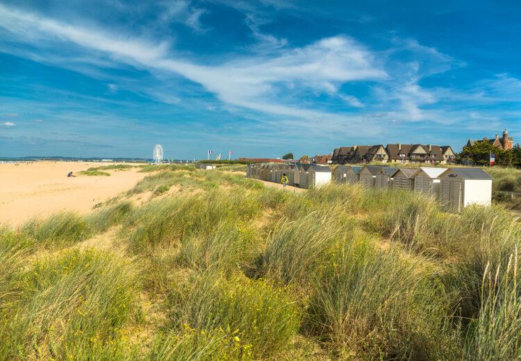 La plage et les cabines de Ouistreham