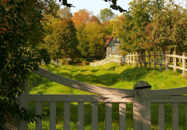 Maison en colombages dans un chemin du pays d'Auge
