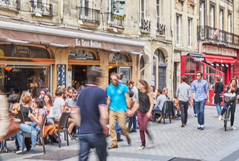 Piétons dans les rues de Caen