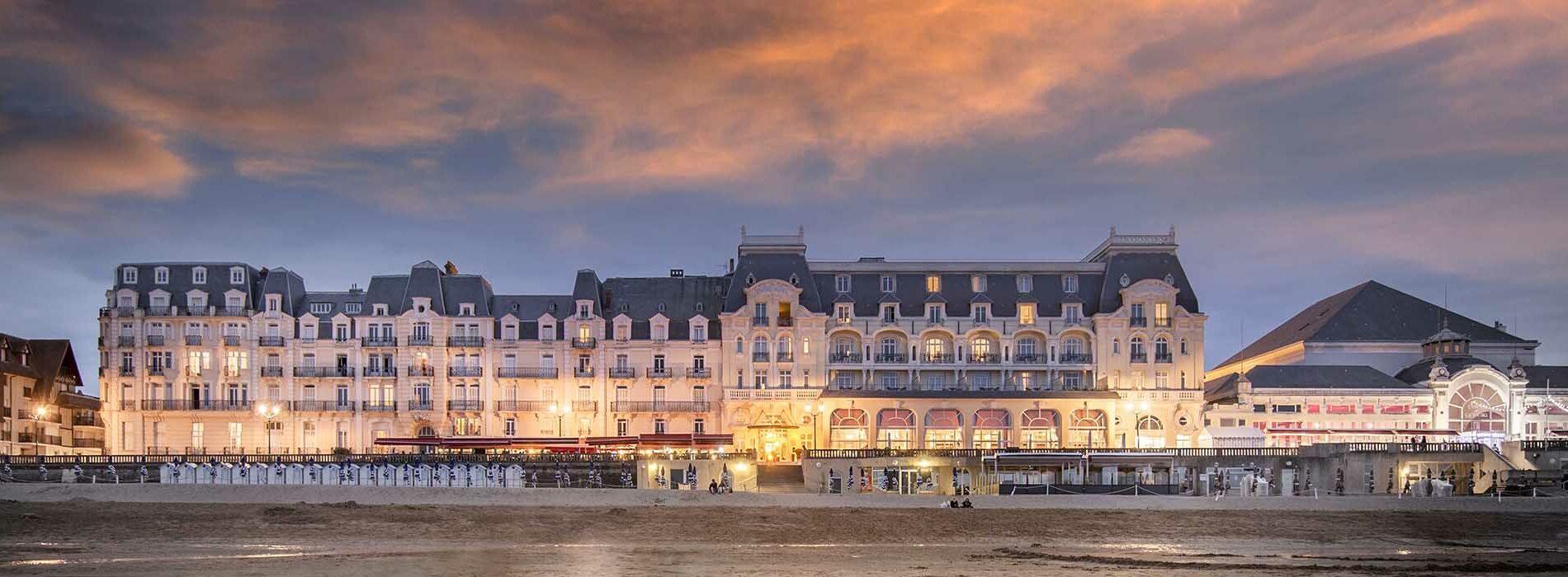 La façade du Grand Hôtel de Cabourg au coucher du soleil