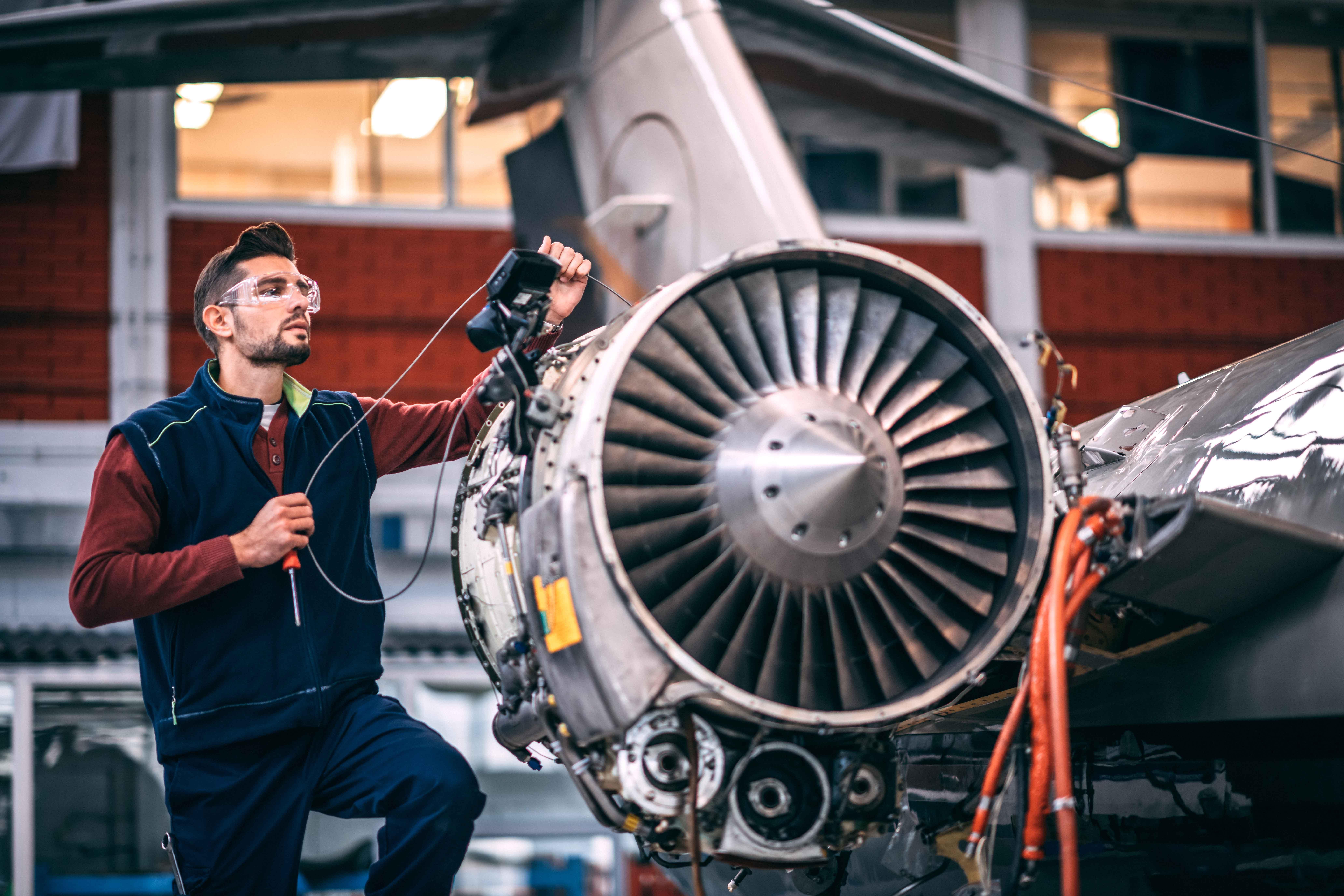 Homme travaillant dans une usine