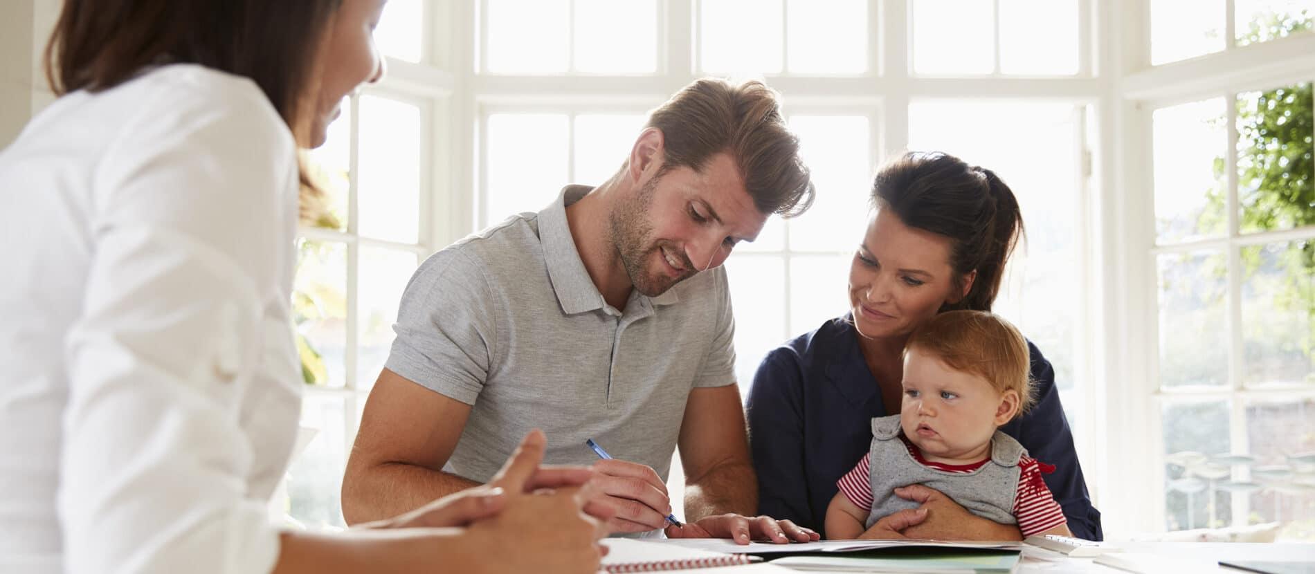 Une famille se faisant aider par un conseiller.