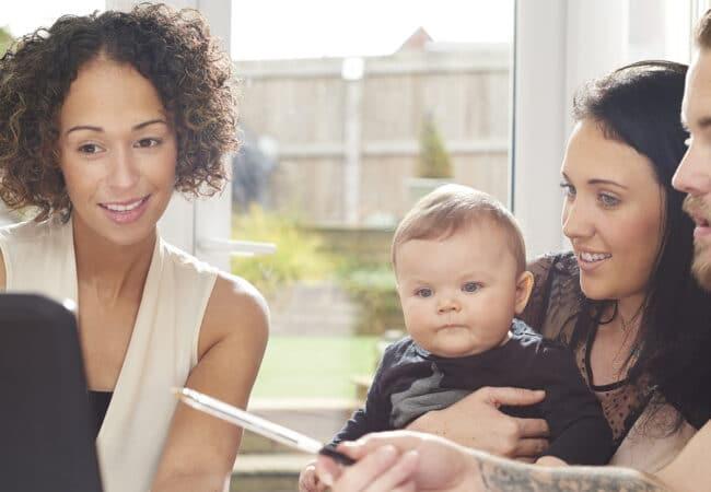 Une famille se faisant aider par un conseiller