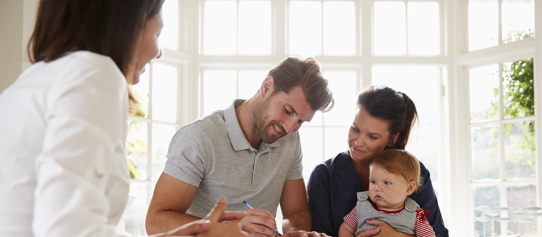 Une famille entrain de régler des documents administratifs
