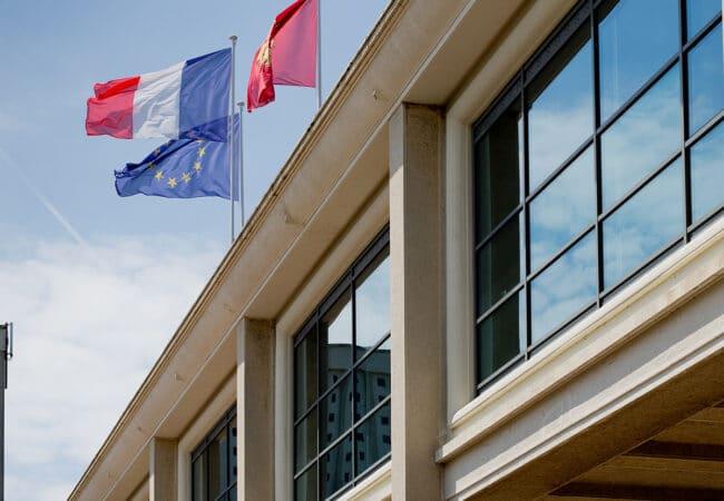 Façade bâtiment avec des drapeaux