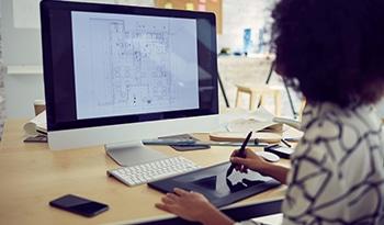 Femme travaillant à son ordinateur