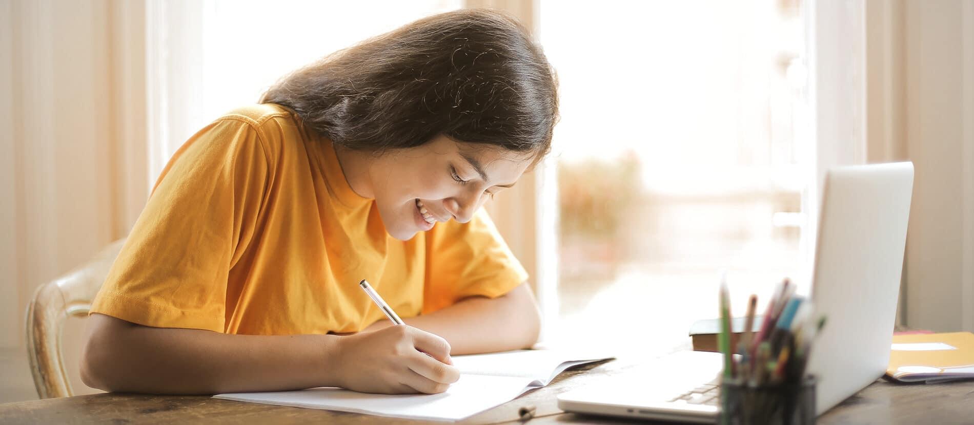 Femme entrain d'écrire à son bureau