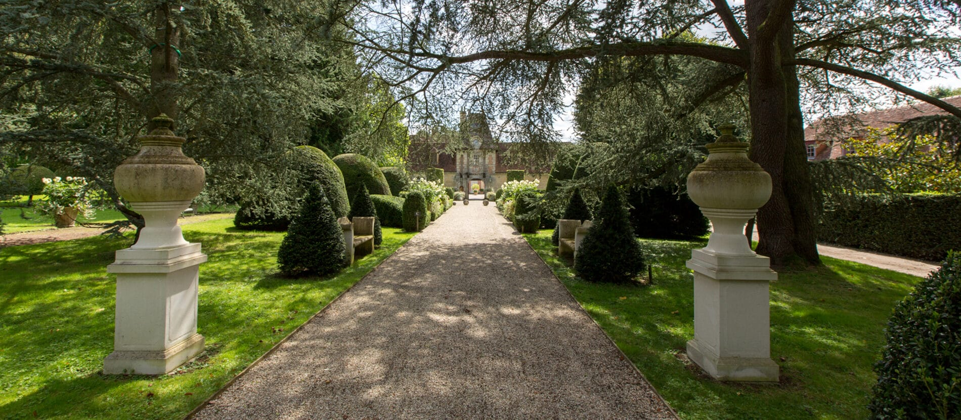 Allée du jardin menant au château