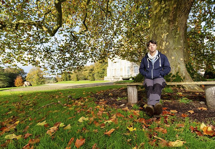Homme assis sur un banc dans un jardin