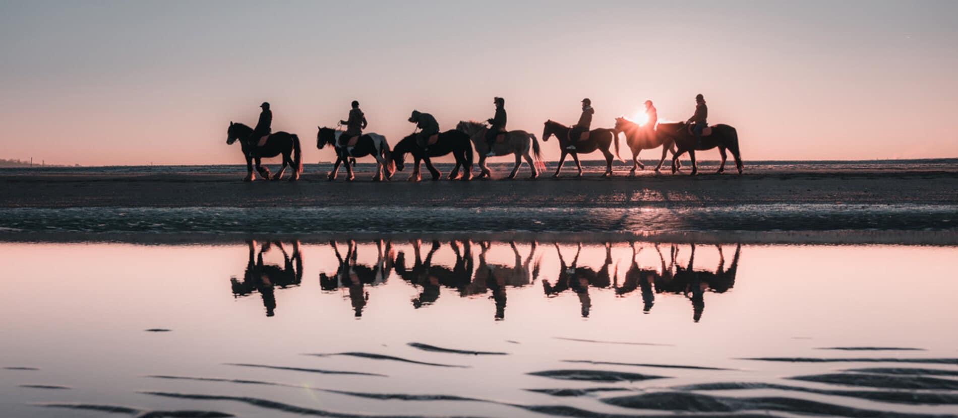 balade à cheval sur la plage au coucher du soleil