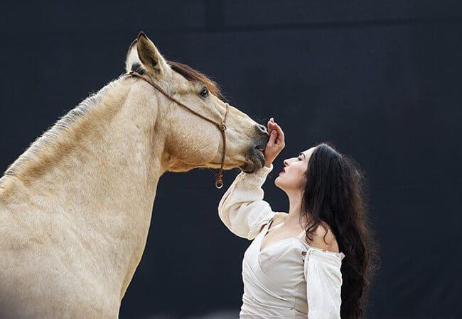 Femme avec un cheval durant un spectacle théâtre équestre
