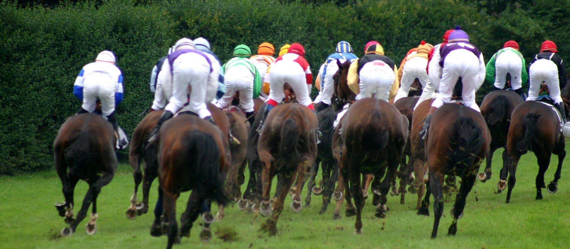 Jockey sur leurs chevaux au galop