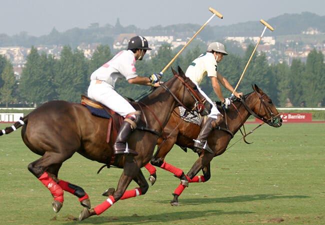 Joueurs jouant à un match de polo à Deauville