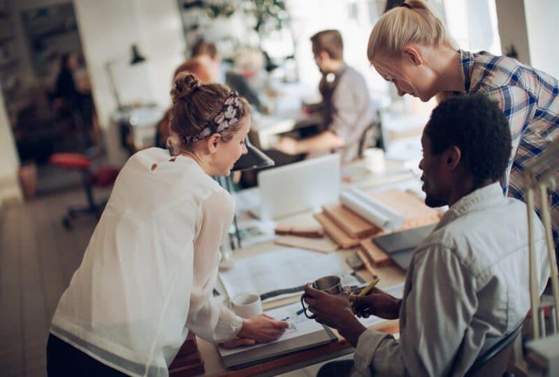 Discussion de travail entre designers